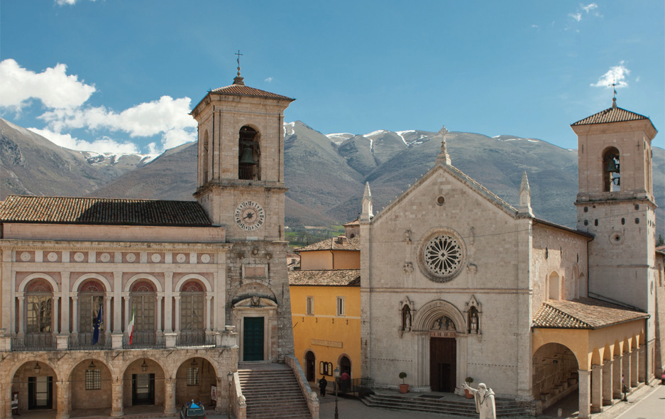 norcia piazza with mtns behind